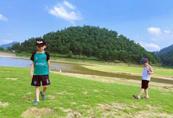 Trẻ vui chơi tự do khám phá thiên nhiên